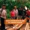 EL GAD PARROQUIAL APOYA EN LA CONTRUCCION DE CANOA EN LA COMUNIDAD GUAYACANA.