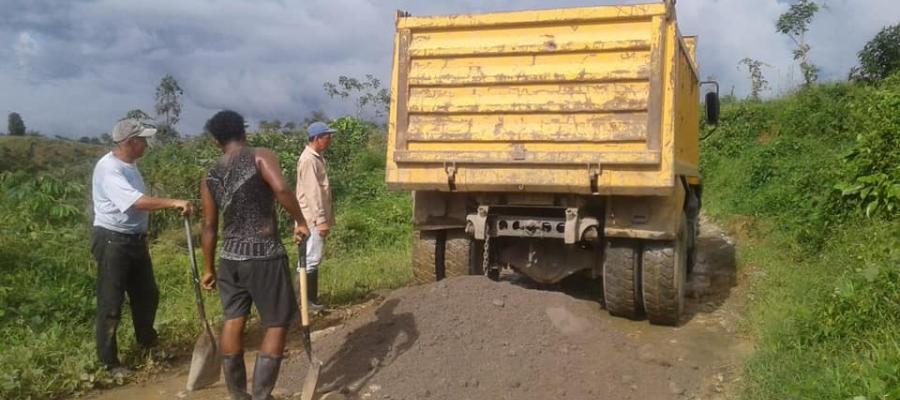 CON EL APOYO DE LA COMUNIDAD SE TRABAJA EN EL REVACHEO DE LA VIA LA 18